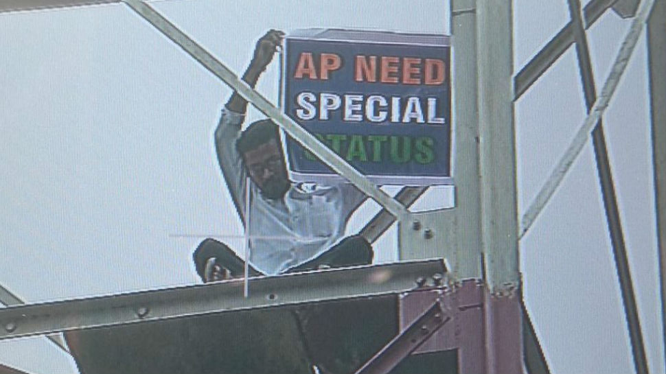 Man climbs tower in Delhi demand special status for AP