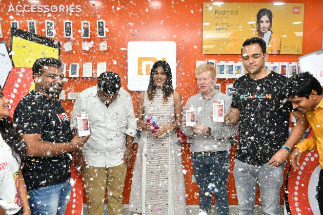 Chandini Chowdary Launches Redmi 6 Mobile (1)
