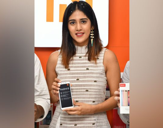 Chandini Chowdary Launches Redmi 6 at Cellbay Photos